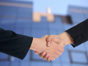 Shaking hands - find partners who will help you pack your apartment for a move in less than a week.